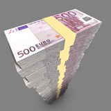 Pile simple énorme des factures de l'Européen 500 RMB dans l'environnement foncé Images stock