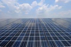 Pile solaire au-dessus du ciel bleu Images libres de droits