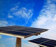 Pile solaire et ciel bleu Photos libres de droits