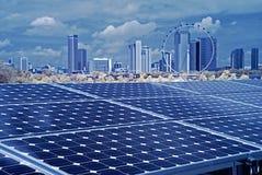 Pile solaire et construction moderne image stock