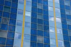 Pile solaire moderne à une façade Image libre de droits