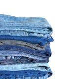 Pile sur beaucoup de jeans d'isolement sur le plan rapproché blanc Photos libres de droits