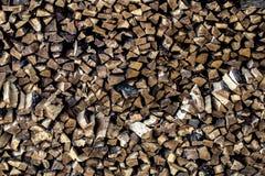 Pile très grande de bois de chauffage, empilée dans une vieille grange photo stock