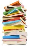 Pile très grande des livres sur le fond blanc, vue d'angle faible Photos libres de droits