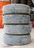 Pile utilisé de pneu en caoutchouc un fond blanc Photo libre de droits