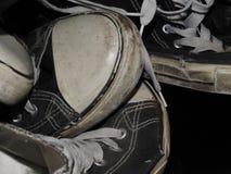 Pile utilisées des espadrilles Photos stock