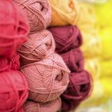 Pile variée et lumineuse de fil à tricoter pour le tricotage Stock de marchandises pour la créativité et la couture Image stock