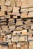 Piled quadratische Bauhölzer und Bretter Stockfotografie