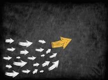 pilen med många följde pilar för trendledare eller ledarskapbegrepp Arkivbilder