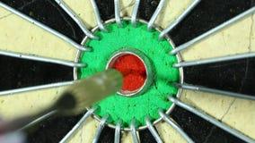 Pilen slår tjur-ögat av en darttavla stock video