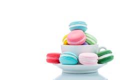 Piles colorées françaises de macarons dans la tasse de café Photo libre de droits