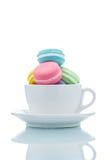 Piles colorées françaises de macarons dans la tasse de café Images libres de droits