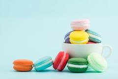 Piles colorées françaises de macarons dans la tasse, rétro dénommé Photos libres de droits