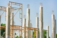 Piles concrètes renforcées de la nouvelle construction de logements avec l'enveloppe en plastique claire pour garder la températu image libre de droits