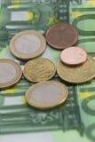 Piles d'euro pièces de monnaie et billets de banque Images libres de droits