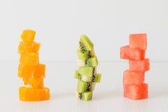 Piles d'orange fraîche coupée, kiwi, pastèque photographie stock libre de droits