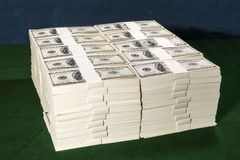 Piles d'un million de dollars US dans cent billets de banque du dollar dessus Images libres de droits