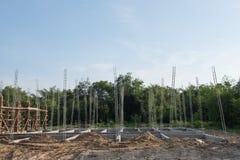 Piles de béton armé du nouveau bâtiment Photographie stock libre de droits