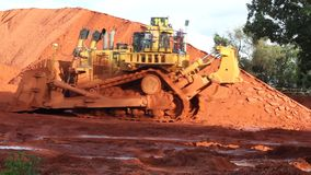 Piles de bauxite d'exploitation dans Weipa, Queensland, Australie banque de vidéos
