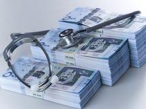 Piles de 500 billets de banque saoudiens de riyal avec le stéthoscope photos stock