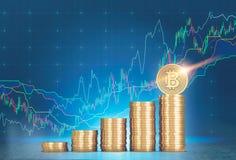 Piles de bitcoins, graphiques, fond bleu photographie stock libre de droits