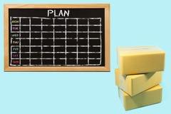 Piles de boîtes en carton avec le tableau noir Image libre de droits