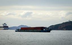 Piles de bois de construction aux docks et aux piles du sable Photo libre de droits