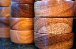Piles de bols en bois de nourriture Photo libre de droits