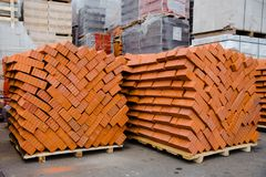 Piles de briques sur le marché de construction photo libre de droits