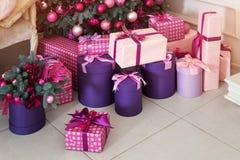 Piles de cadeaux de Noël sous un arbre de Noël décoré Photographie stock