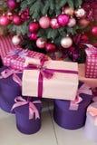 Piles de cadeaux de Noël sous un arbre de Noël décoré Photographie stock libre de droits