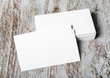 Piles de cartes de visite professionnelle de visite sur le fond concret Photos libres de droits