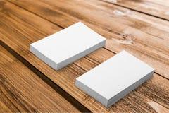 Piles de cartes de visite professionnelle de visite sur le fond en bois Image stock