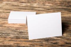 Piles de cartes de visite professionnelle de visite sur le fond en bois Image libre de droits