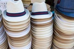 Piles de chapeaux du ` s des hommes Image libre de droits
