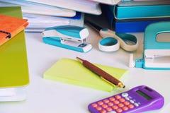 Piles de documents et de cahiers de bureau comme concept d'un grand nombre de travail dans le bureau Images stock