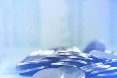 Piles de double exposition des pièces de monnaie et du livre de comptes ou de la carte de crédit W image stock