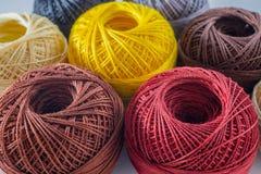 Piles de fond coloré multi de fil de boules Photographie stock