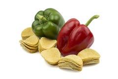 Piles de frites avec le rouge et de poivron vert sur le fond blanc Image libre de droits