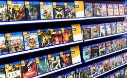 Piles de jeux vidéo PS4 dans un magasin de jeu Images stock