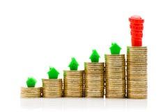 Piles de la maison de pièces de monnaie, verte et rouge Image stock