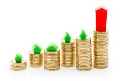 Piles de la maison de pièces de monnaie, verte et rouge Photos libres de droits