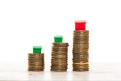 Piles de la maison de pièces de monnaie, verte et rouge Photo libre de droits