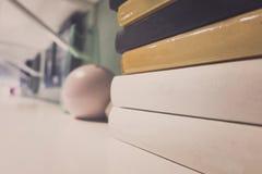 Piles de livre dans la chambre Profondeur de zone Images libres de droits