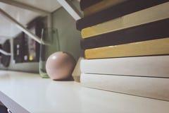 Piles de livre dans la chambre Profondeur de zone Image libre de droits