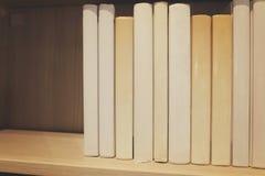Piles de livre dans la chambre Profondeur de zone Photos stock