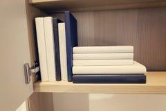 Piles de livre dans la chambre Profondeur de zone Photos libres de droits