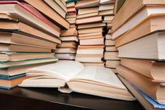 Piles de livres sur la table noire Photo stock