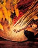 Piles de maïs sur la couverture en bambou photos stock