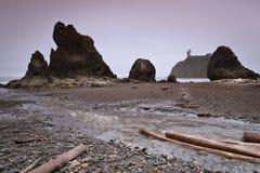 Piles de mer à la plage rouge Photo stock